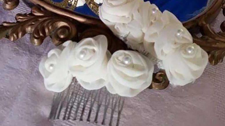 Pettini per acconciatura sposa con rose bianche