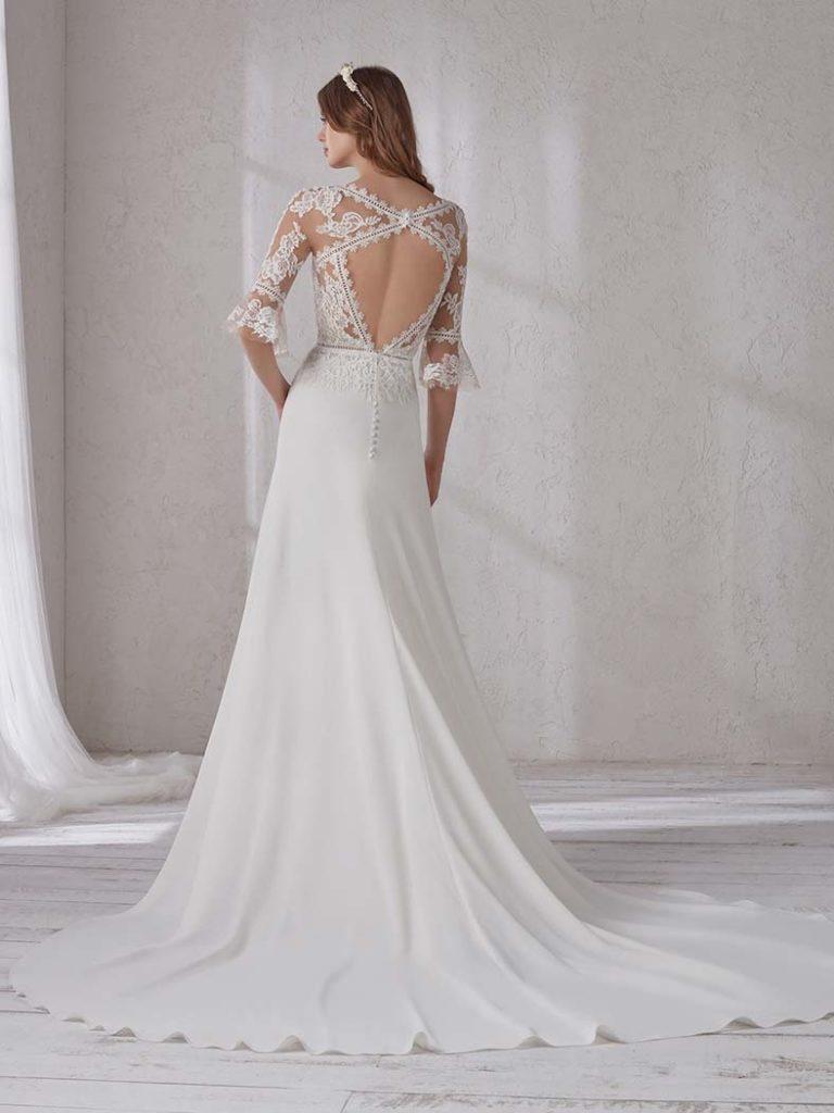 abito da sposa con schiena scoperta e pizzo
