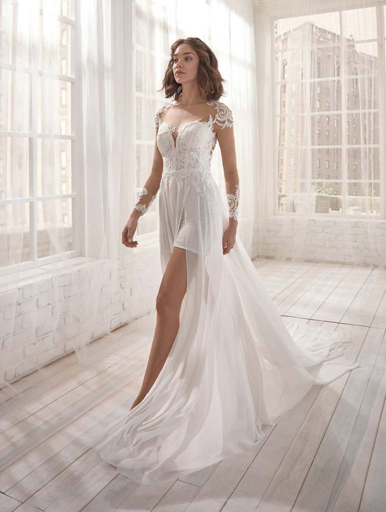 abito da sposa con spacco e pantaloncini