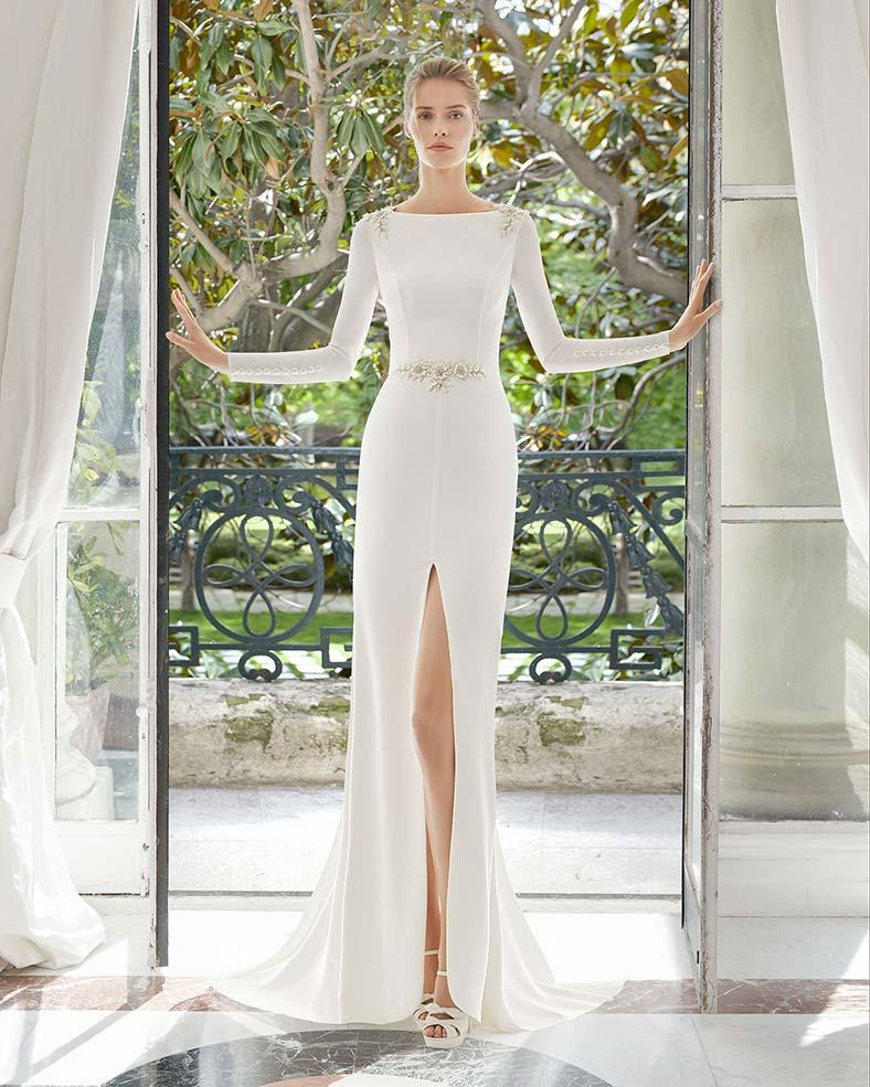 abito da sposa con maniche lunghe e spacco