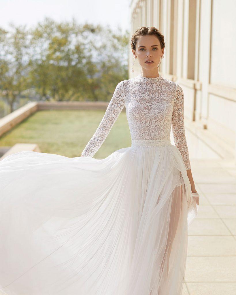 abito da sposa con collo alto e maniche lunghe in pizzo