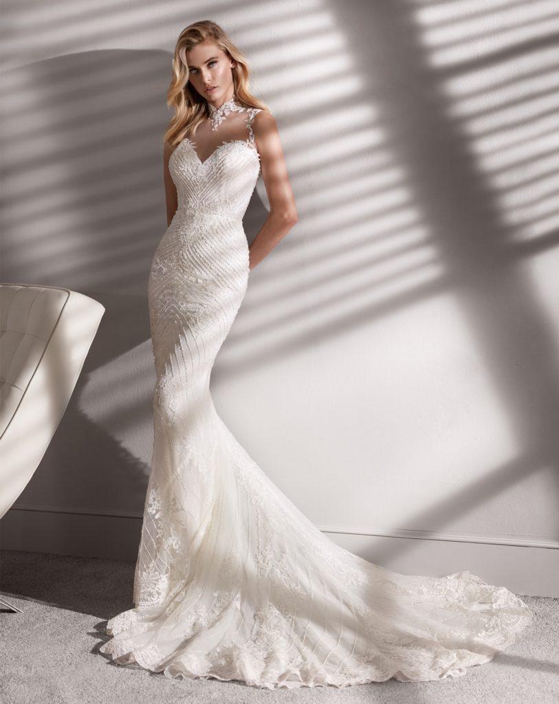 abito da sposa con collo alto in pizzo